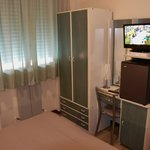 Hotel Astoria: room with tiny desk and TV