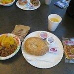 朝食のベーグル、デニッシュ、フルーツ