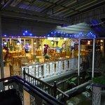 エントランス脇にあるレストラン、深夜でもオープン