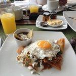 Chilaquiles Rojo con Huevo