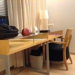 escritorio en la habitación, estilo minimalista