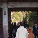 大勢の参拝客でにぎわう山門