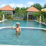 Сын на бассейне.