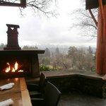 Le patio et ses tables avec cheminées