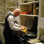 Monsieur Ignace sur sa cuisinière
