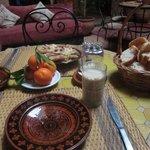 朝食。ここにタジン鍋に入った素朴な目玉焼きが出てきました。