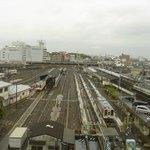 左側はJR駅で右側は近鉄駅