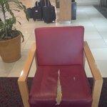 Cadeira com estofamento rasgado no hall de entrada