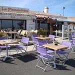 La Pizzaladière est dotée d'une vue imprenable face au port de plaisance de l'Herbaudière.