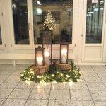 Холл красиво украшен к Рождеству