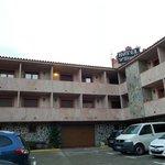 Фасад отеля и двор.