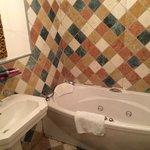 bagno con lavandino, vasca idromasaggio, wc e bidet