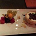 Dolce di pasta sfoglia con crema e cioccolata, e frutti di bosco