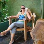 Cadeira da pousada em frente à recepção.