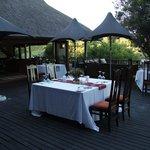Abendessen bei schönem Wetter auf der Terrasse bei der Lobby
