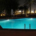 Der Pool bei Nacht mit Aussicht auf Muscat