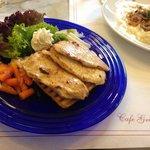 Piatto di petto di pollo alla griglia con verdure. molto buono e salutare