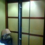 Las puertas del armario hay que levantarlas para moverlas
