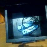 Teléfono de la habitación roto, guardado en un cajón