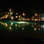 Vista noturna da piscina