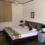 Chambre spacieuse et propre avec clim et ventilateur