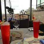 """Наш столик с коктейлем """"Сингапур"""""""