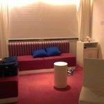sala de estar muy funcional en la habitacion