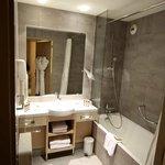 Salle de bain très propre et moderne.