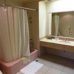 バスルーム。無駄なスペースが多い。バスタブとトイレは古め。