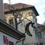 Угол отеля и странное украшение в виде дерева с висящей на нем женщиной