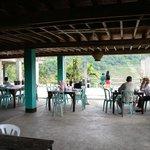 Le restaurant et la terrasse de la guesthouse