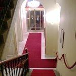Входная дверь и лестница