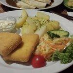 formaggio camembert fritto con patate e verdura, salsa di crauti