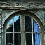 Aître St-Maclou: Rouen: Francia: decorazioni su finestra