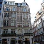Das Hotel liegt an einer Straßenecke