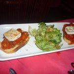 Bruschetta de tomates et sa salade de noix pour une personne