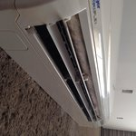 Ar condicionado completamente mofado. Falta manutenção.