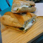 Bocata Caprese: queso, tomate, aceitunas y pesto de albahaca