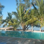 piscina e su sfondo spiaggia e mare