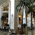 Hall de l'hôtel sur 3 étages et ses 16 palmiers