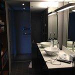 Η είσοδος στην τουαλέτα και την ντουσιέρα