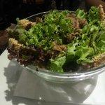 Salada com frango e gergelim, muito bom!