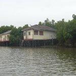 de huisjes vanaf de rivier gezien