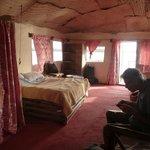 """kamer met plafond van rieten matten en """"doorwaai""""ramen zonder glas."""