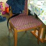 sedia con stoffa sfilacciata (indecente)