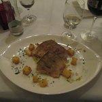 Pesce con composto di verdure sotto, in crosta sopra e patate