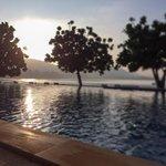 Soluppgång över poolen