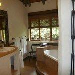 Stilvoll bis ins Detail sind Bad und Wohnbereich.