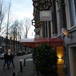L'entrata dell'hotel decorata dalle luci natalizie