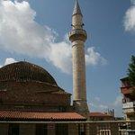 kerk en moskee gebroedelijk naast elkaar